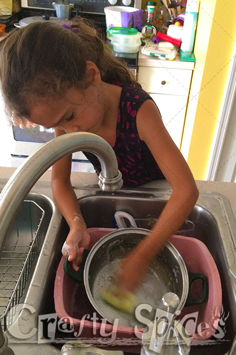 6year old washing dishes